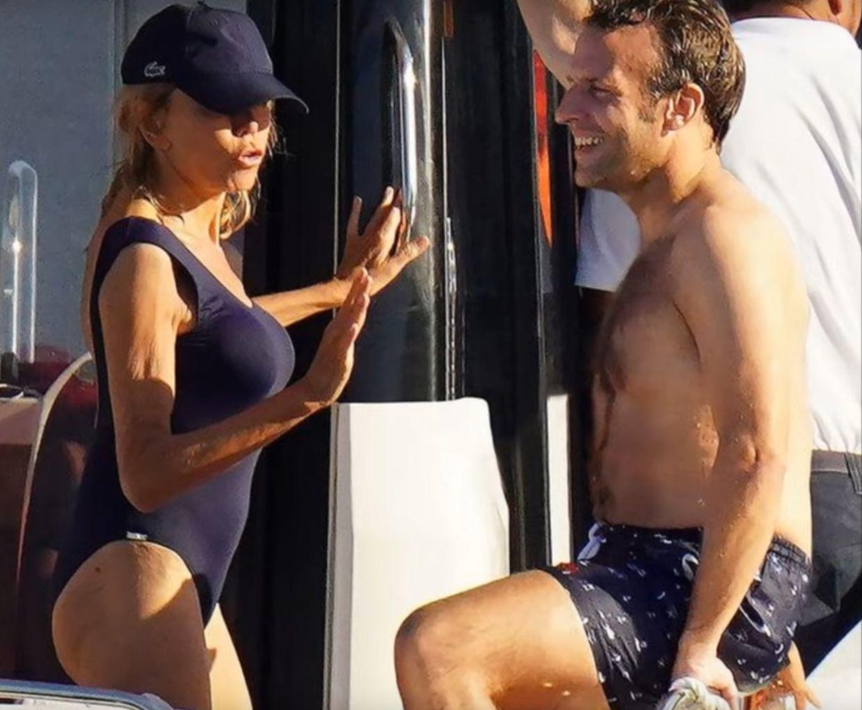 Макрон и съпругата му Брижит на Лазурния бряг през миналата година