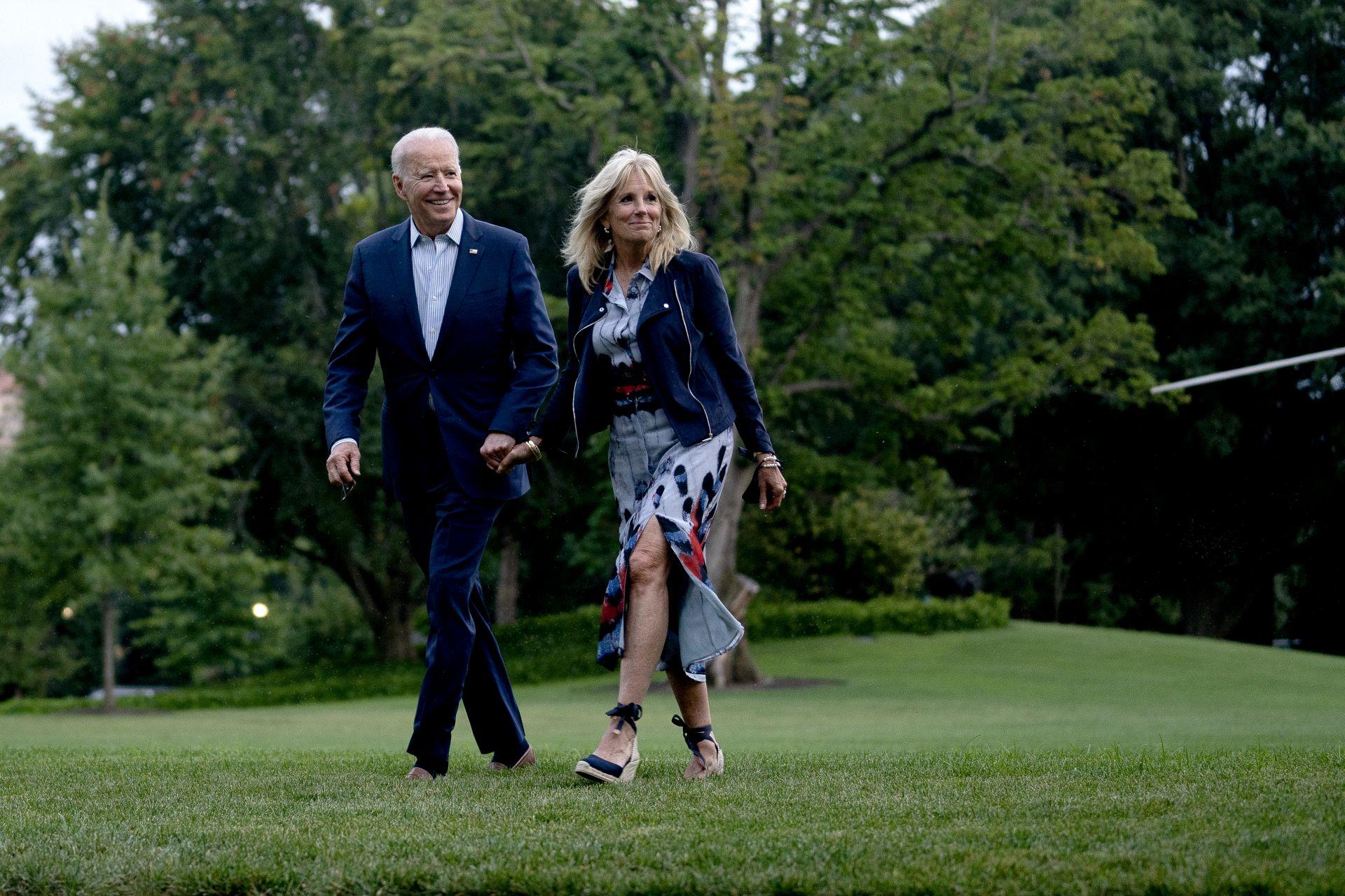 Джил и Джо Байдън на южната поляна на Белия дом на 18 юли 2021 г. във Вашингтон след връщане от уикенд в президенсткото убежище  Кемп Дейвид.