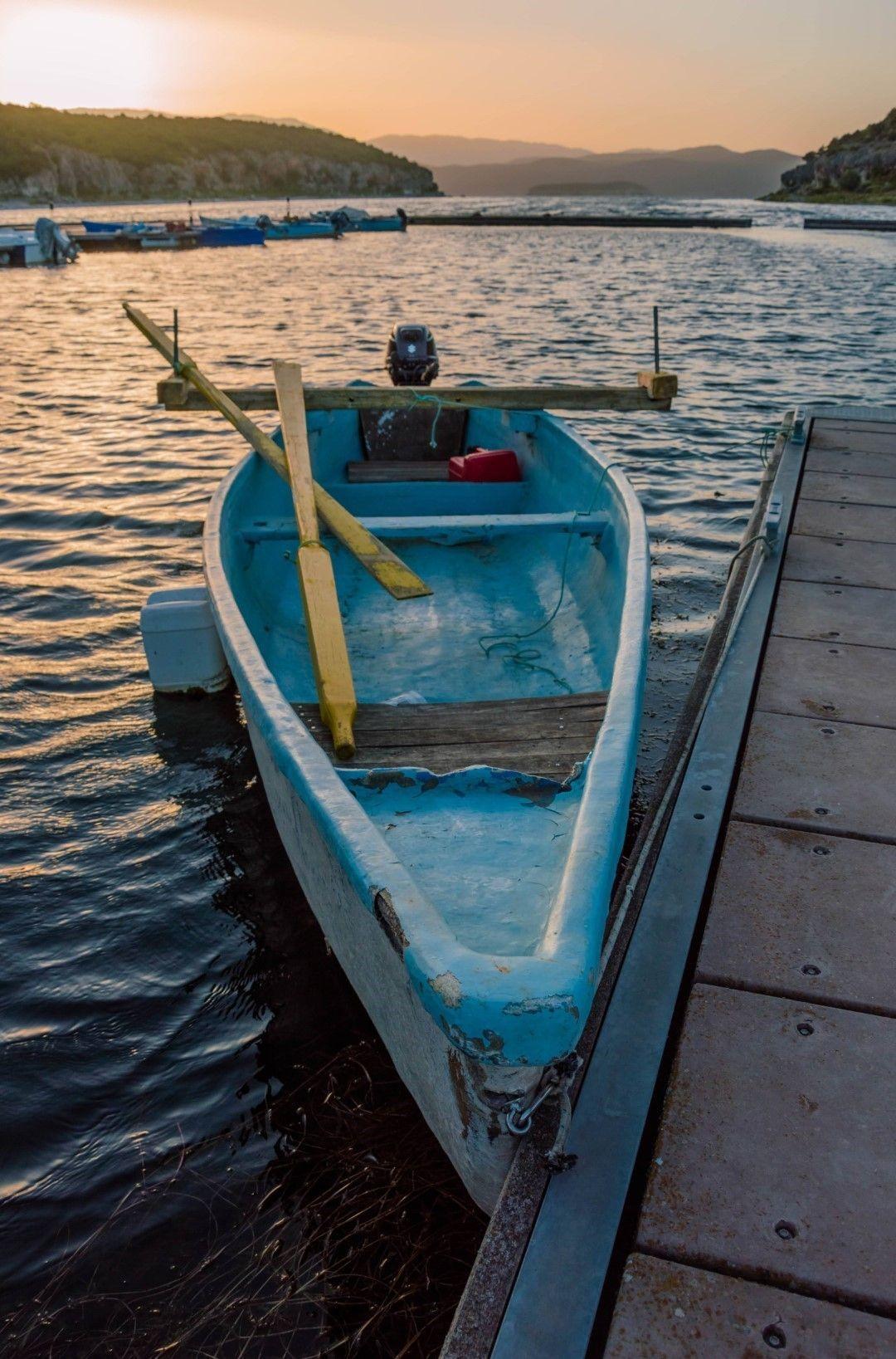 Лодка на кея на Псарадес по залез