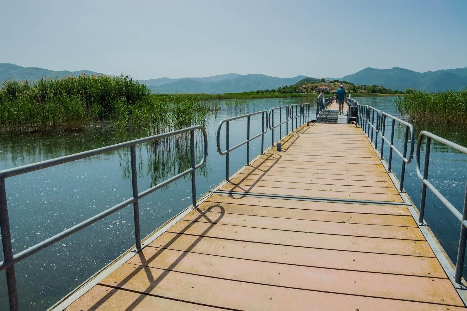 Мостът към остров Свети Ахил в Малкото Преспанско езеро, където се намира едноименната базилика, в която е открит гробът на цар Самуил.