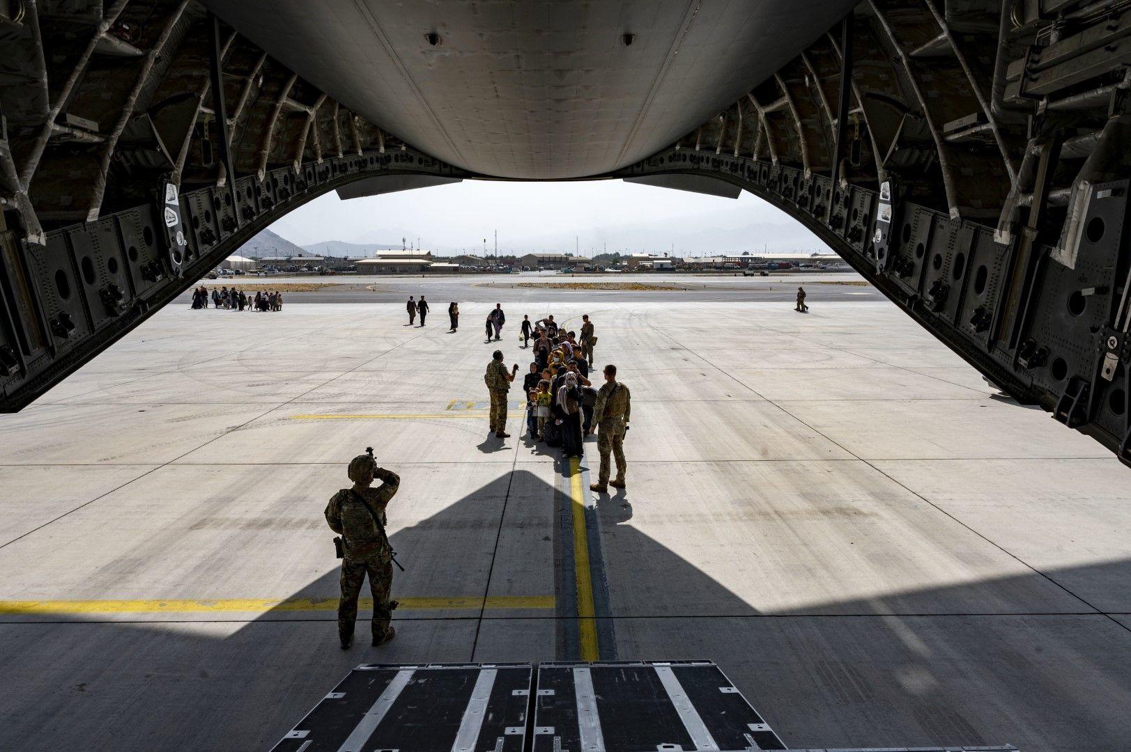 Румънски военен самолет евакуира четирима българи и 15 румънци от Афганистан