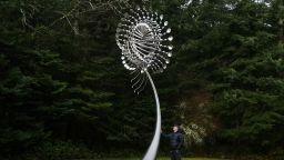 Хипнотизиращите скулптури на Антъни Хау оживяват с вятъра