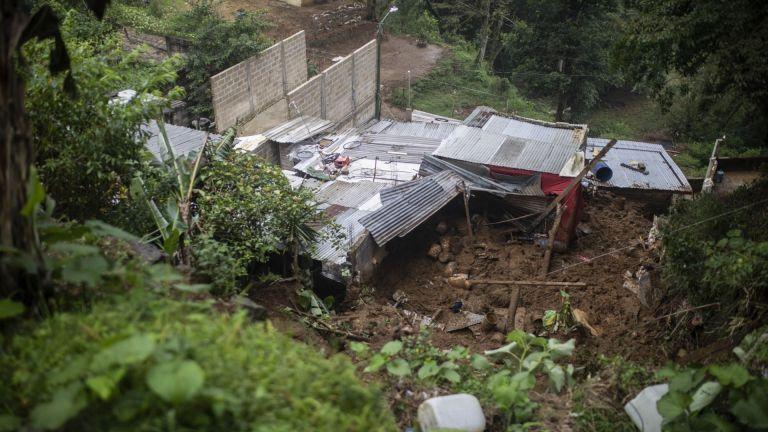 Най-малко 8 души са загинали при преминаването на тропическата буря
