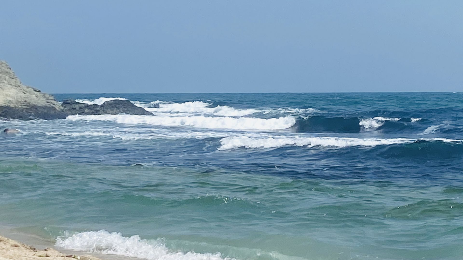 Южното крайбрежие в средата на юли - морето все още сивее в мастилени цветове