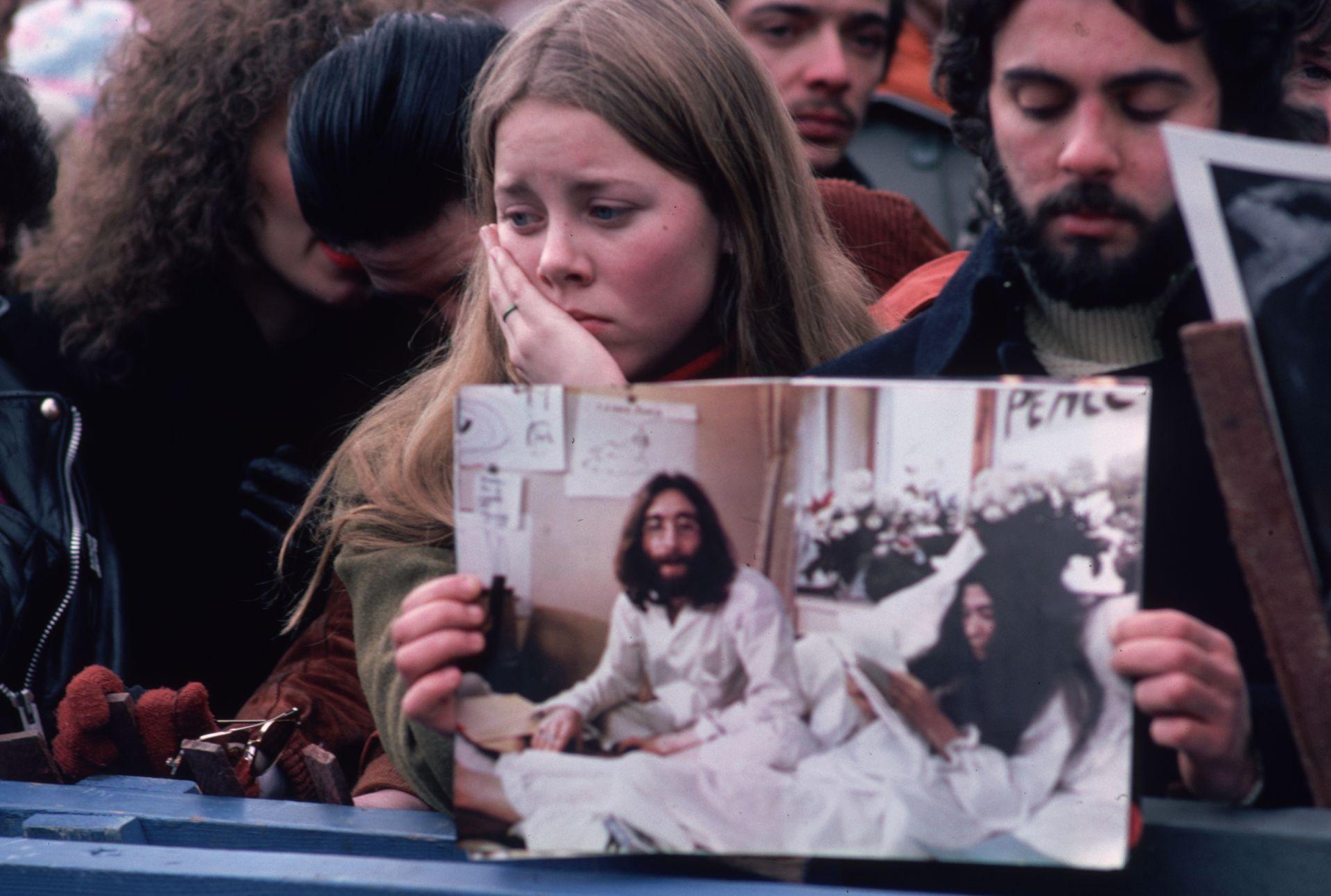 Декември 1980 г. Поклонението в памет на Джон Ленън в Сентръл Парк, Ню Йорк,  събира над 100 000 души.
