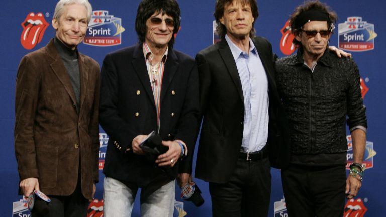 Членовете на Rolling Stones, отляво, барабанистът Чарли Уотс, китаристът Рон Ууд, певецът Мик Джагър и китаристът Кийт Ричардс. Групата позира пред фотографи след пристигането си за пресконференция на Super Bowl в Детройт на 2 февруари 2006 г.