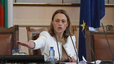 Ива Митева вика в парламента Асен Василев, от кабинета му не й отговарят