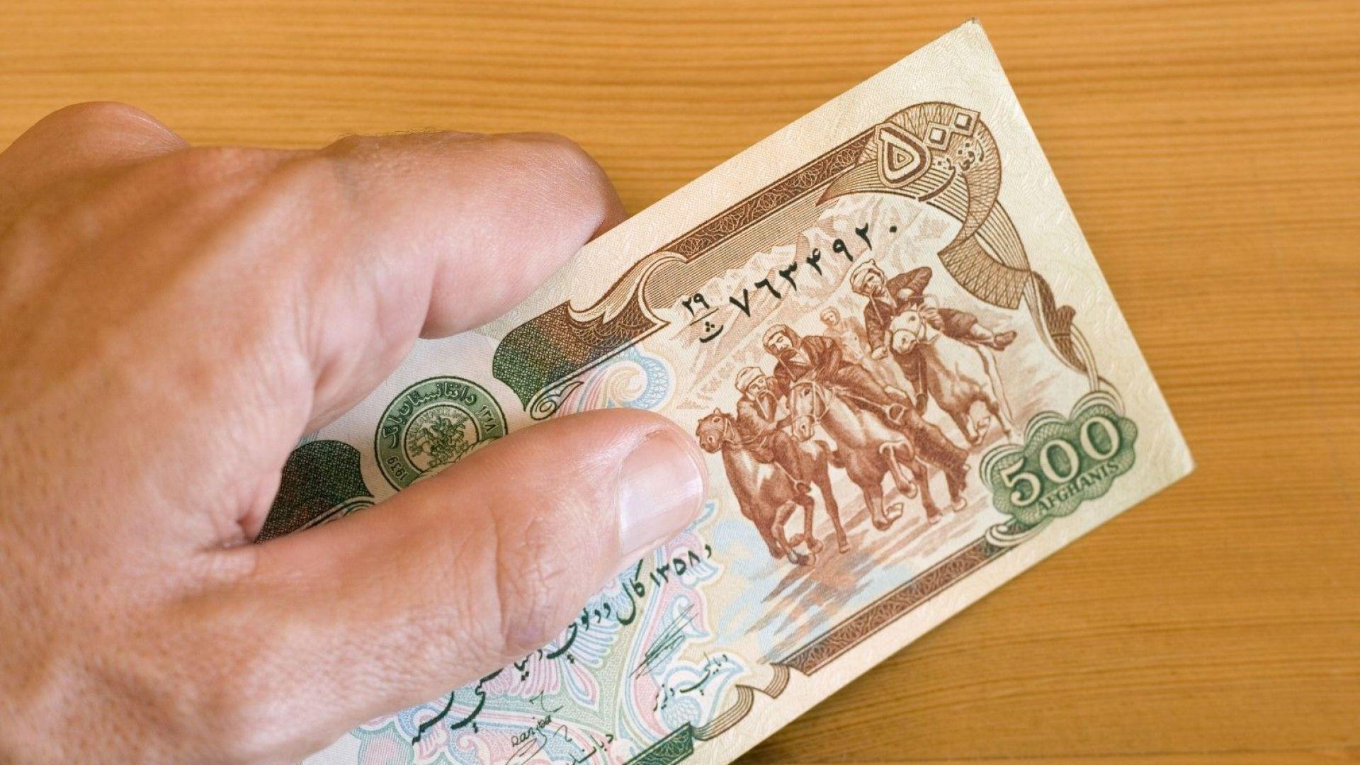 Талибаните обявиха, че всички банки в Афганистан възобновяват работа