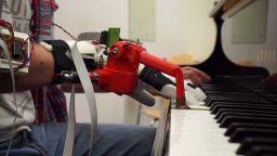 Пианисти се научиха да свирят с допълнителен роботизиран пръст