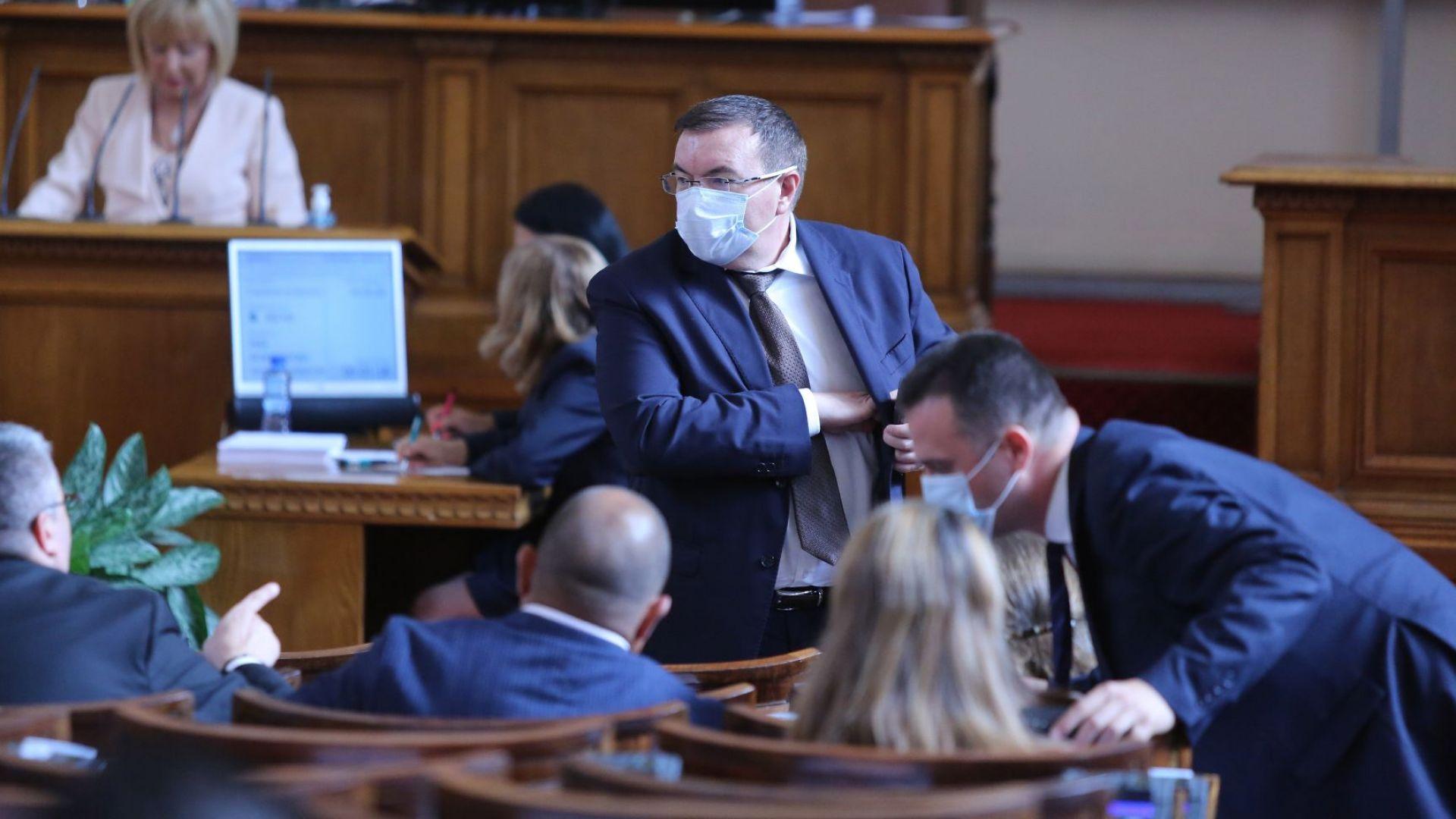 Спор в НС за парите на лекарите на първа линия, министърът изчезна от пленарната зала