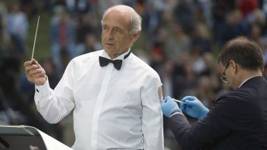 Известният диригент Иван Фишер се ваксинира по време на концерт