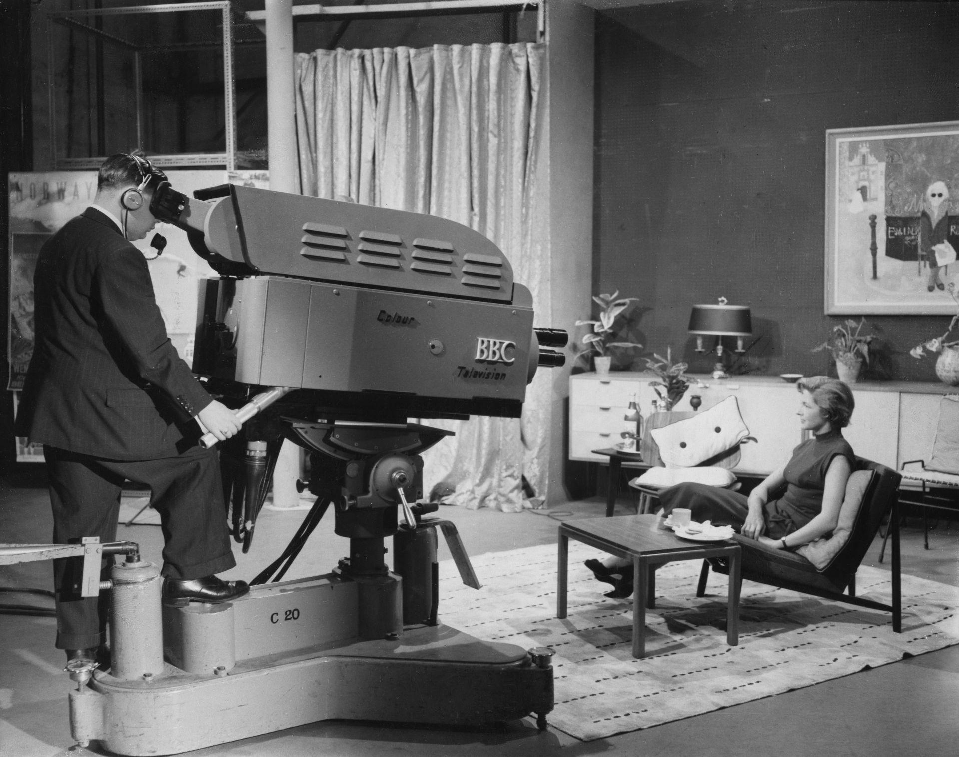 Директорът на BBC в Алексндра Палас позира пред първата цветна камера на телевизията