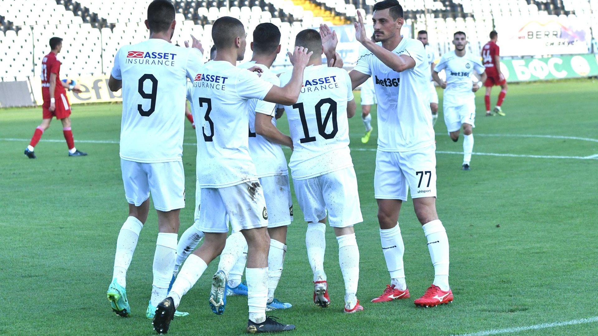 Дузпа в последната секунда прати Славия на върха в Първа лига