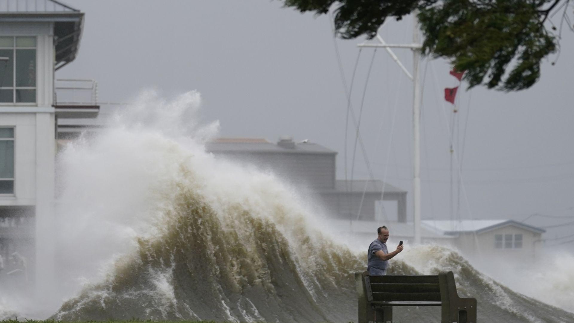 """Българин в епицентъра на урагана """"Айда"""": Нямаме ток, вода, светофари... (видео)"""