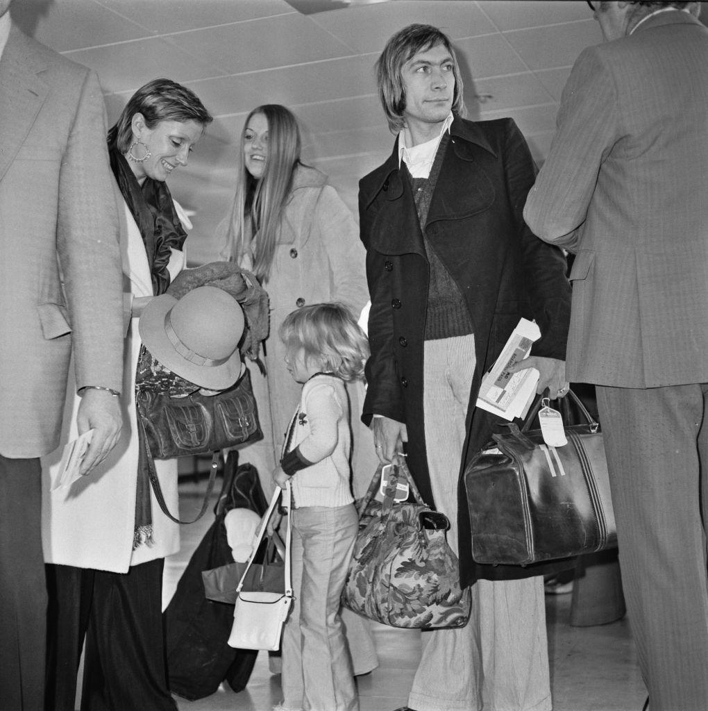 """С жена си Шърли и дъщеря им Серафина на летище """"Хитроу"""" през декември 1972 г."""