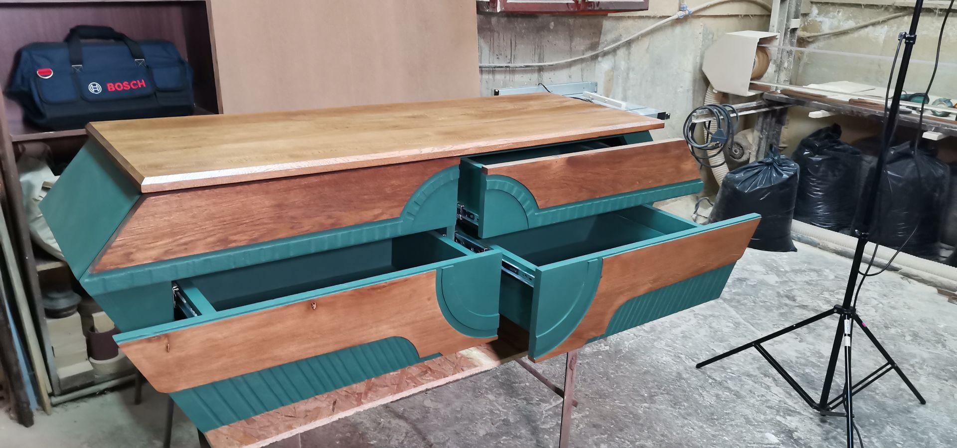 Този модерен ТВ шкаф е бил всъщност много стара маса. Създаден е на принципът на Златното сечение
