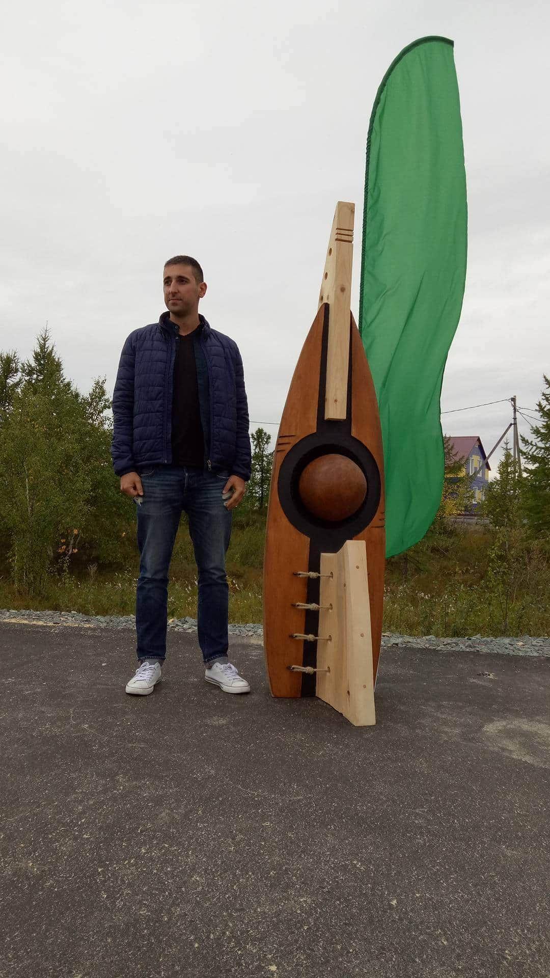 """След международен конкурс проекта получи възможност за реализация на симпозиума за скулптора в дърво """"Легенда за севера"""" в Сибир , Русия . Темата дадена от домакините целеше да запознае туристите на полярният град с традициите на региона. Проекта пресъздава традиционната палатка на местното население Ямал наречена още """"Чум"""", във формата има препратка към огнище, полярния кръг и риболов , като основен поминък на хората в региона ."""