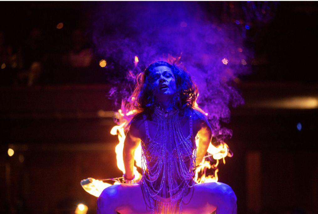 Ени по време на танц с огън