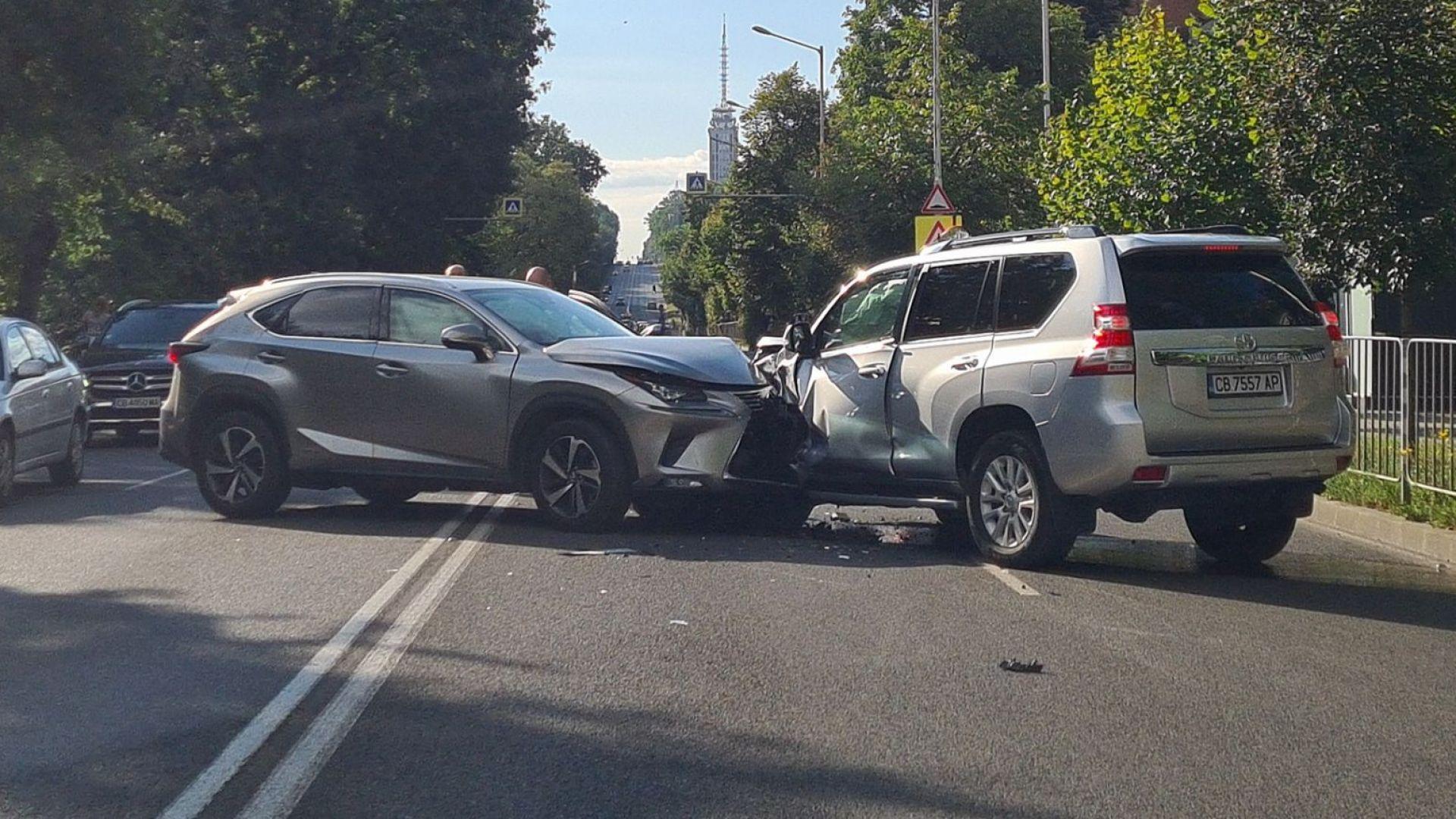 Шофьор е тежко ранен при сблъсък на столичен булевард