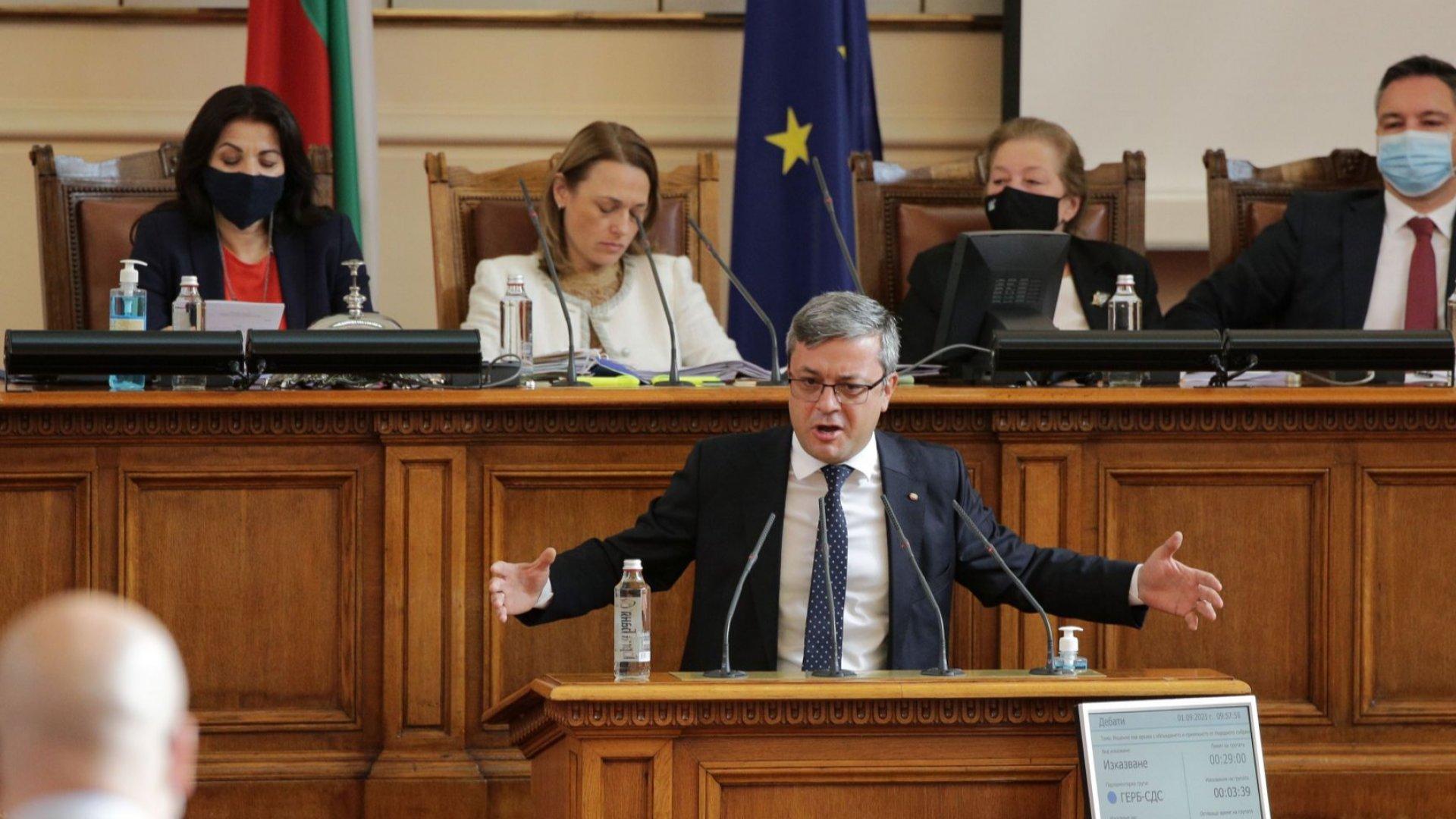 ГЕРБ в защита на БСП в пленарната зала, Нинова определи Борисов за най-сериозния си опонент