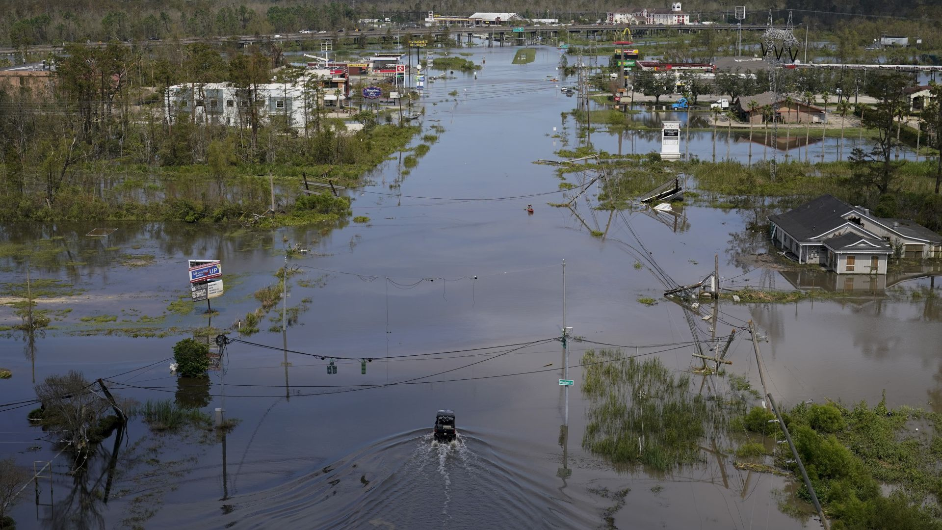 Алигатор уби човек в наводнените от урагана Айда улици на Ню Орлиънс (снимки/видео)