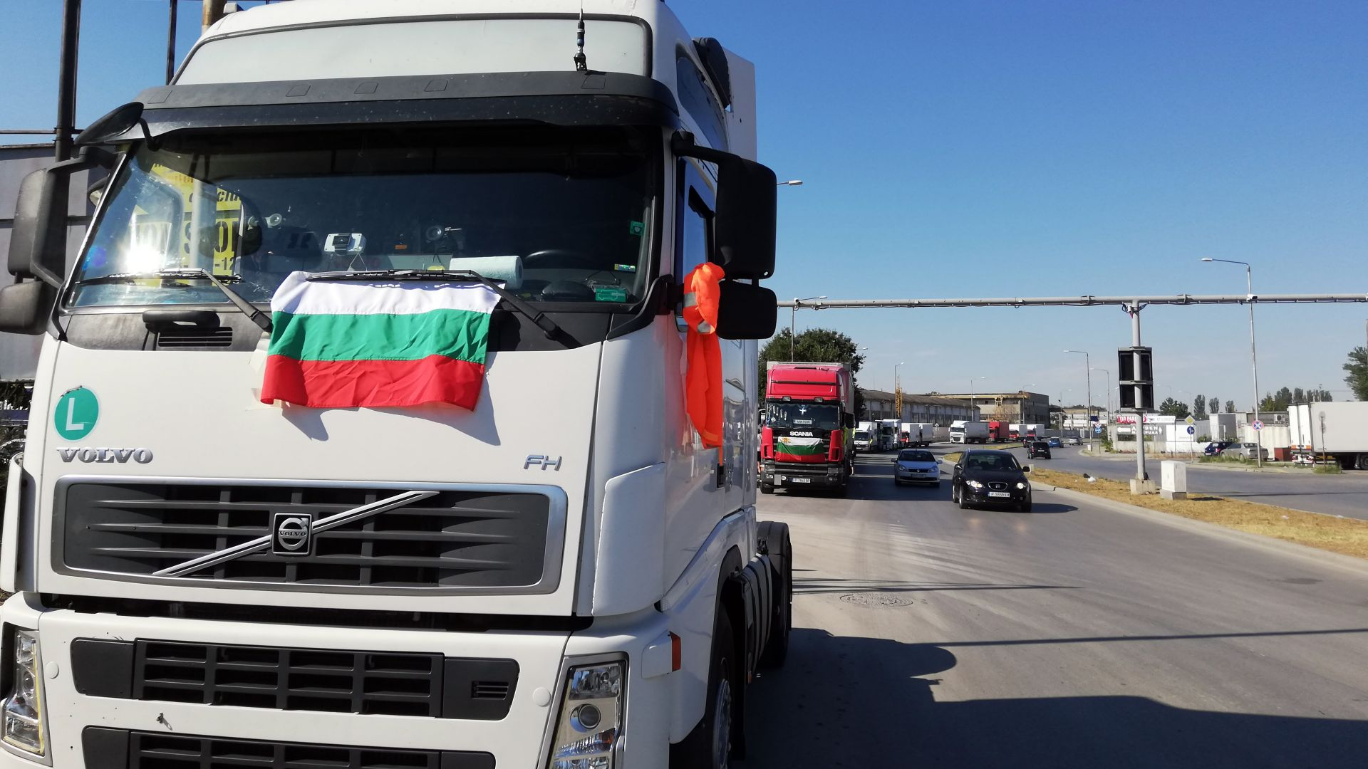 """Превозвачи блокираха пътя за """"Дунав мост"""" заради нови Covid мерки и задръстванията (видео)"""