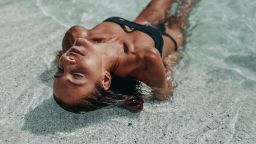 Изгарящо гореща: Ивет Лалова под слънчевите лъчи на плажа в Тасос