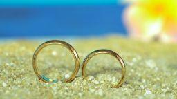 Столичанин загуби халката си на плажа, морето му я върна (видео)
