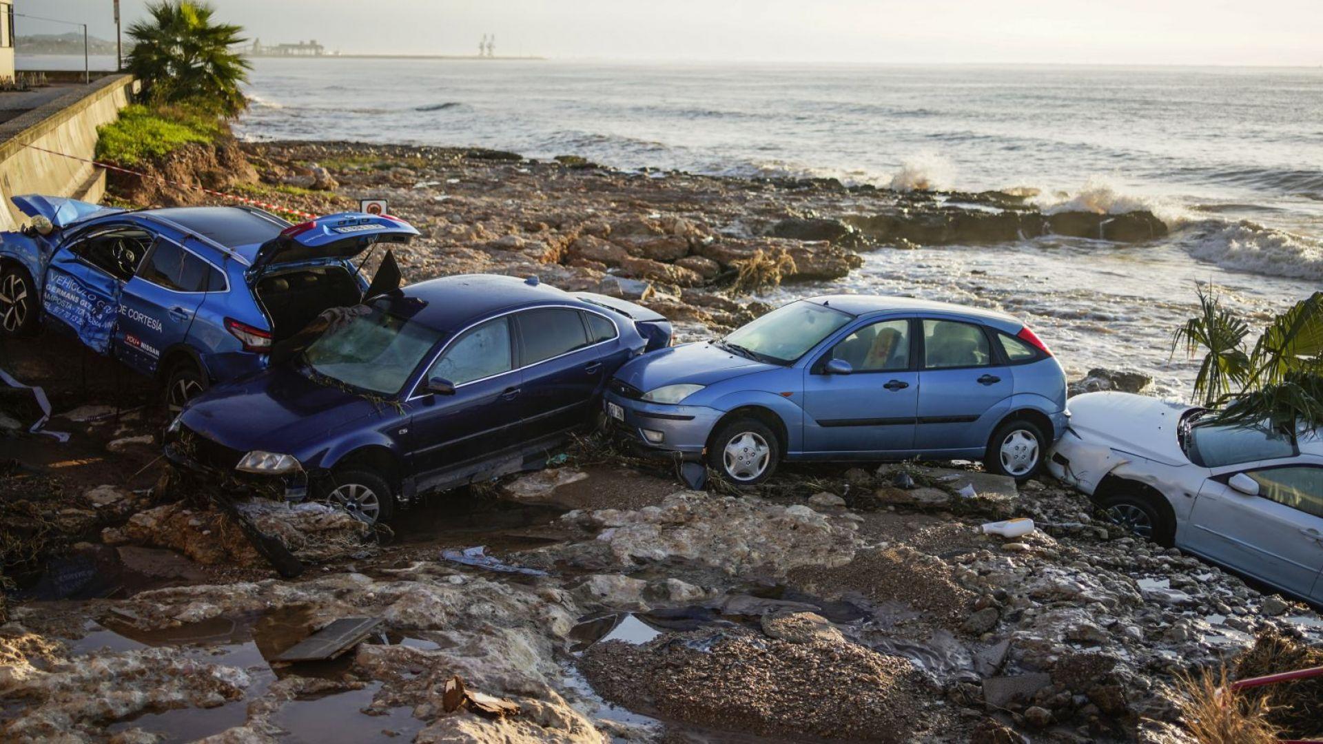 """Автомобили """"заплаваха"""" към морето след тежки наводнения в Испания (снимки/видео)"""