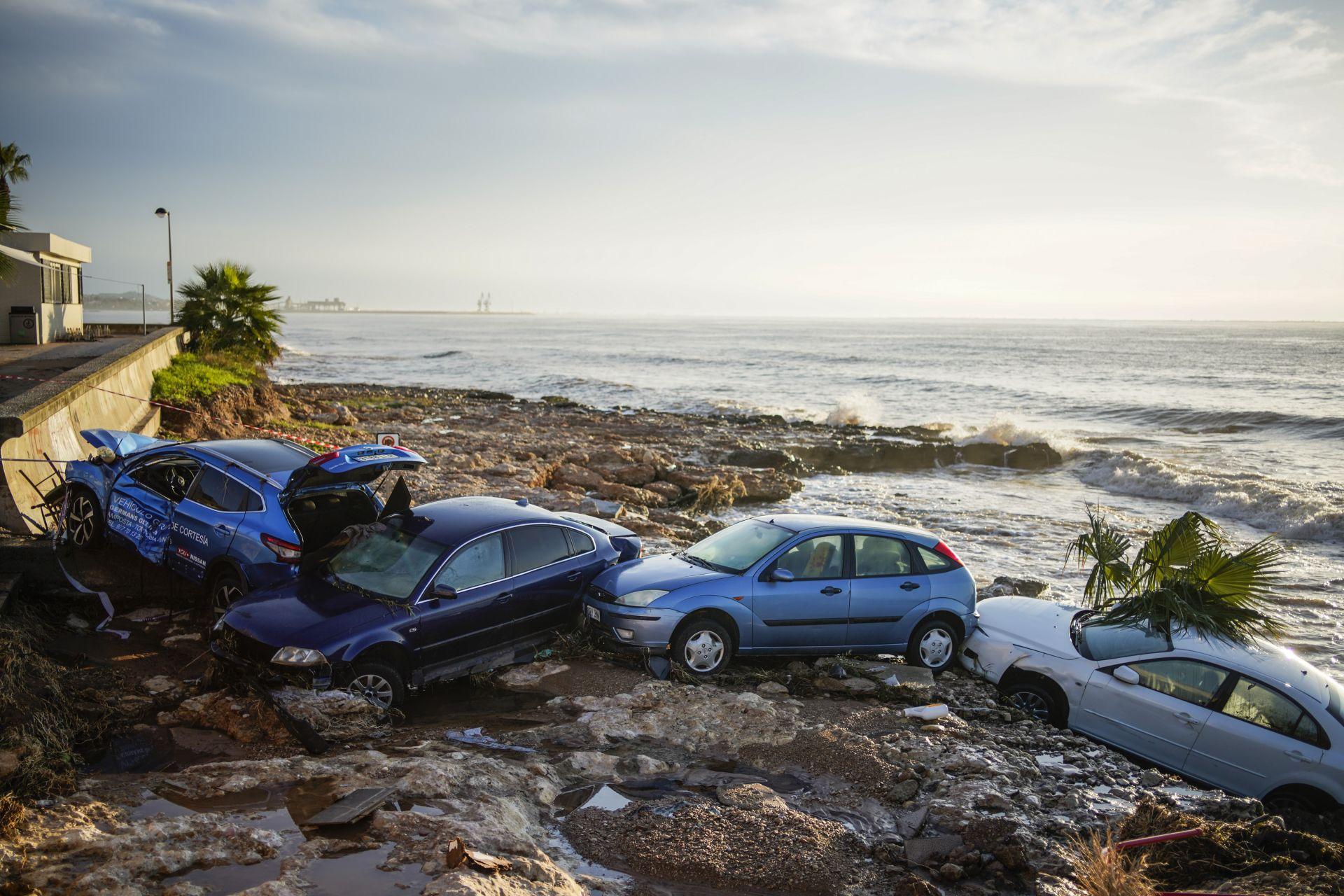 """Автомобили """"заплаваха"""" към морето след тежки наводнения в Испания (Видео)"""