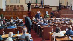 Депутатите отново се изпокараха заради дарението на ваксини