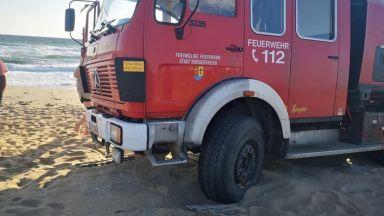"Пожарна-кемпер на германски туристи се ""окопа"" в дюни край Созопол"