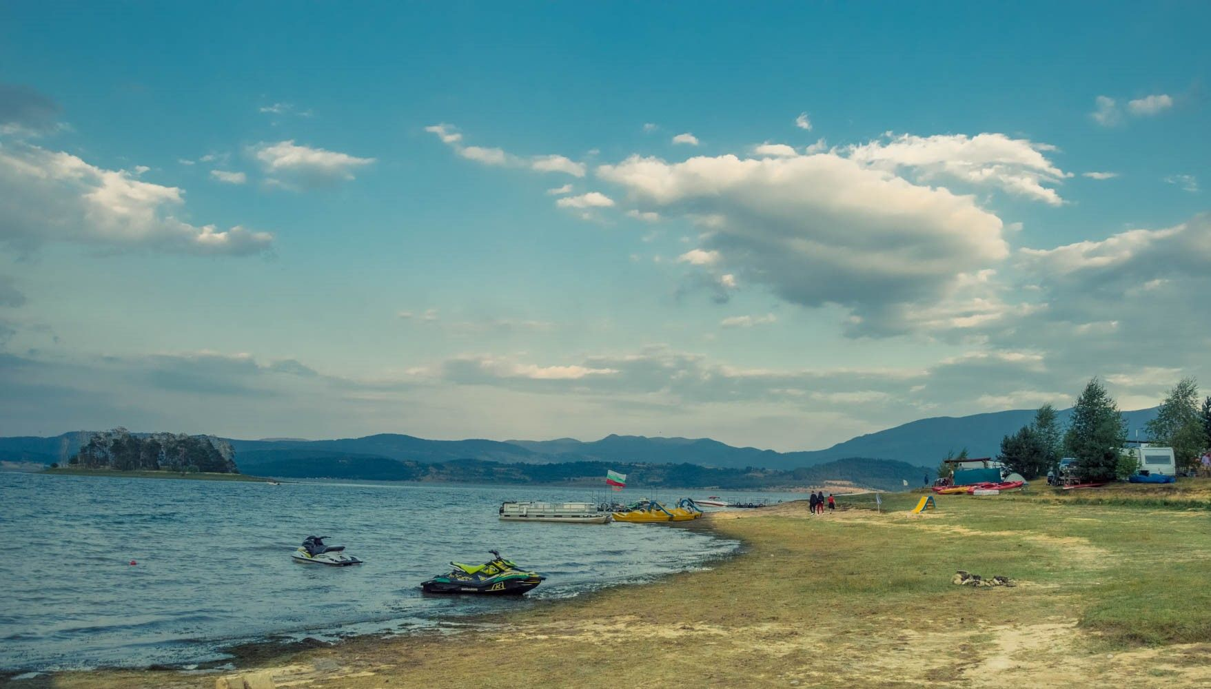 """Брегът на язовира при екокъмпинг """"Батак"""". Вляво се вижда остров Голака."""