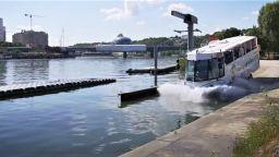 В Париж автобус-амфибия вози туристите в река Сена (видео)