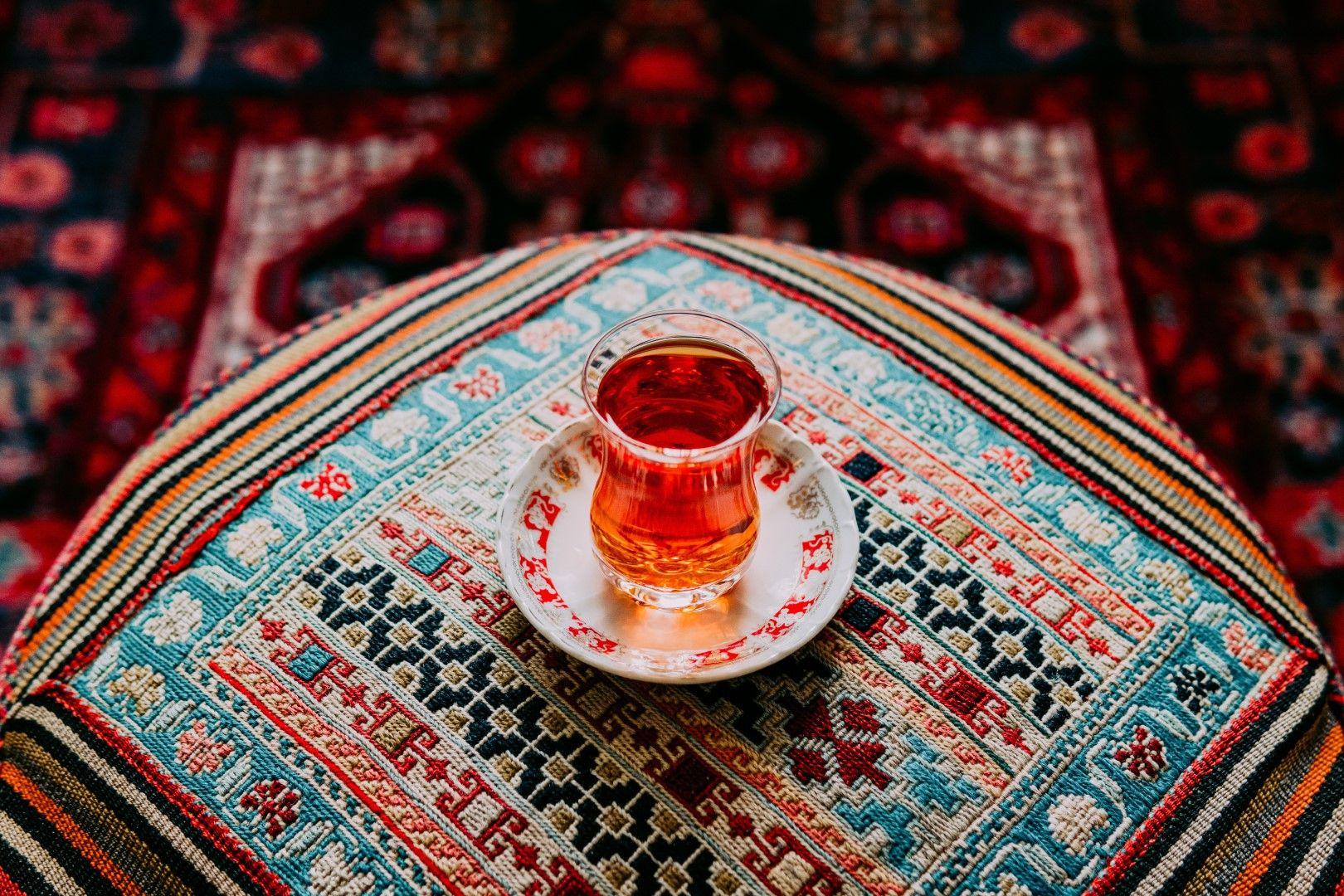 Иранците пият много чай и го поднасят като знак за гостоприемство на гостите си