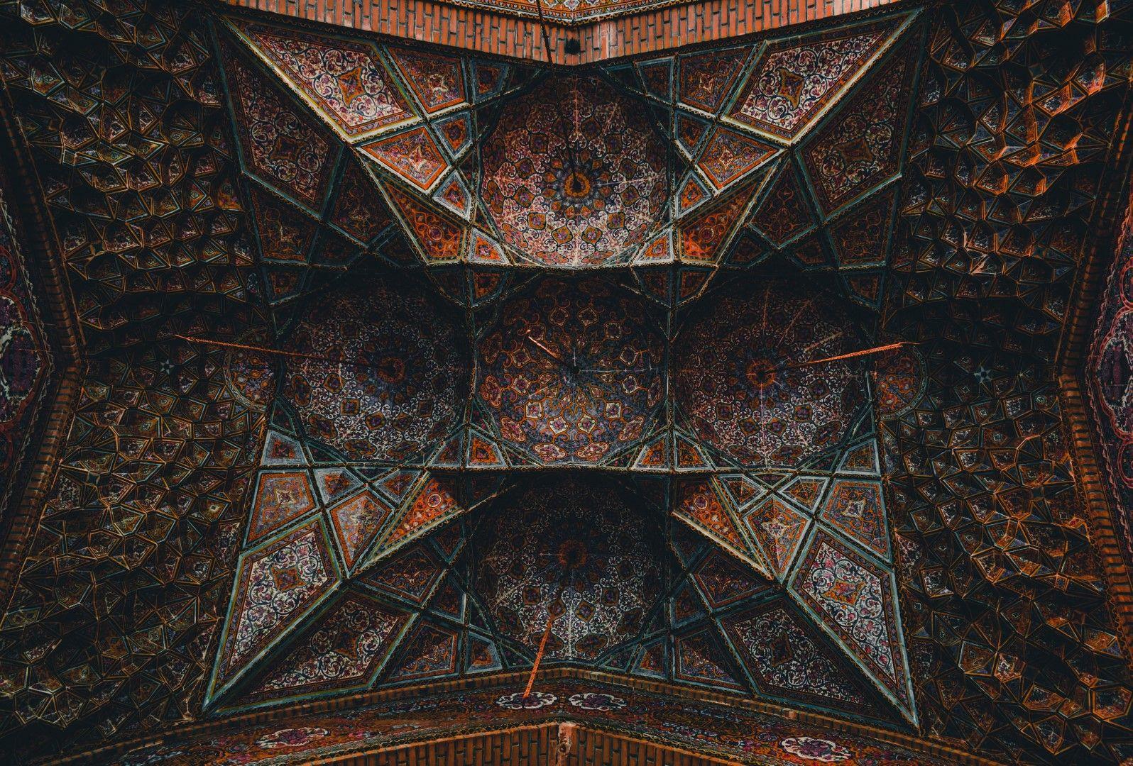 Орнаменти по тавана на стара сграда в Исфахан