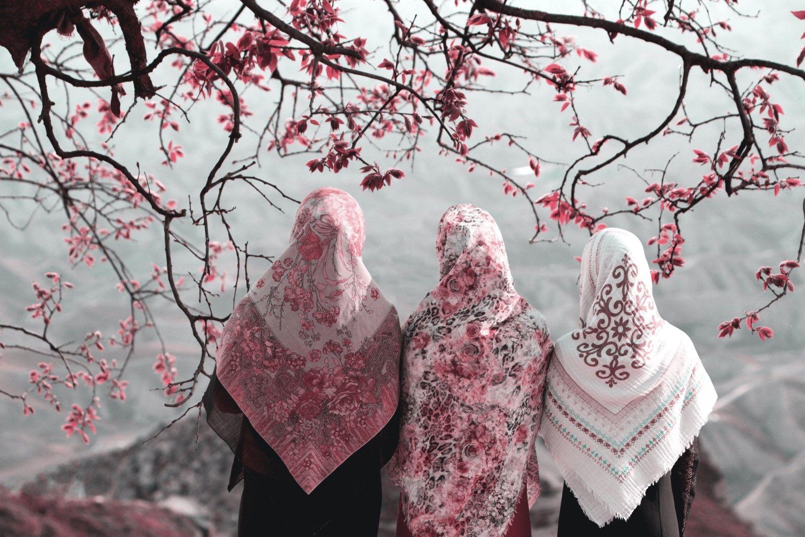 Три иранки край гробницата на Халед Наби, близо до границата с Туркменистан