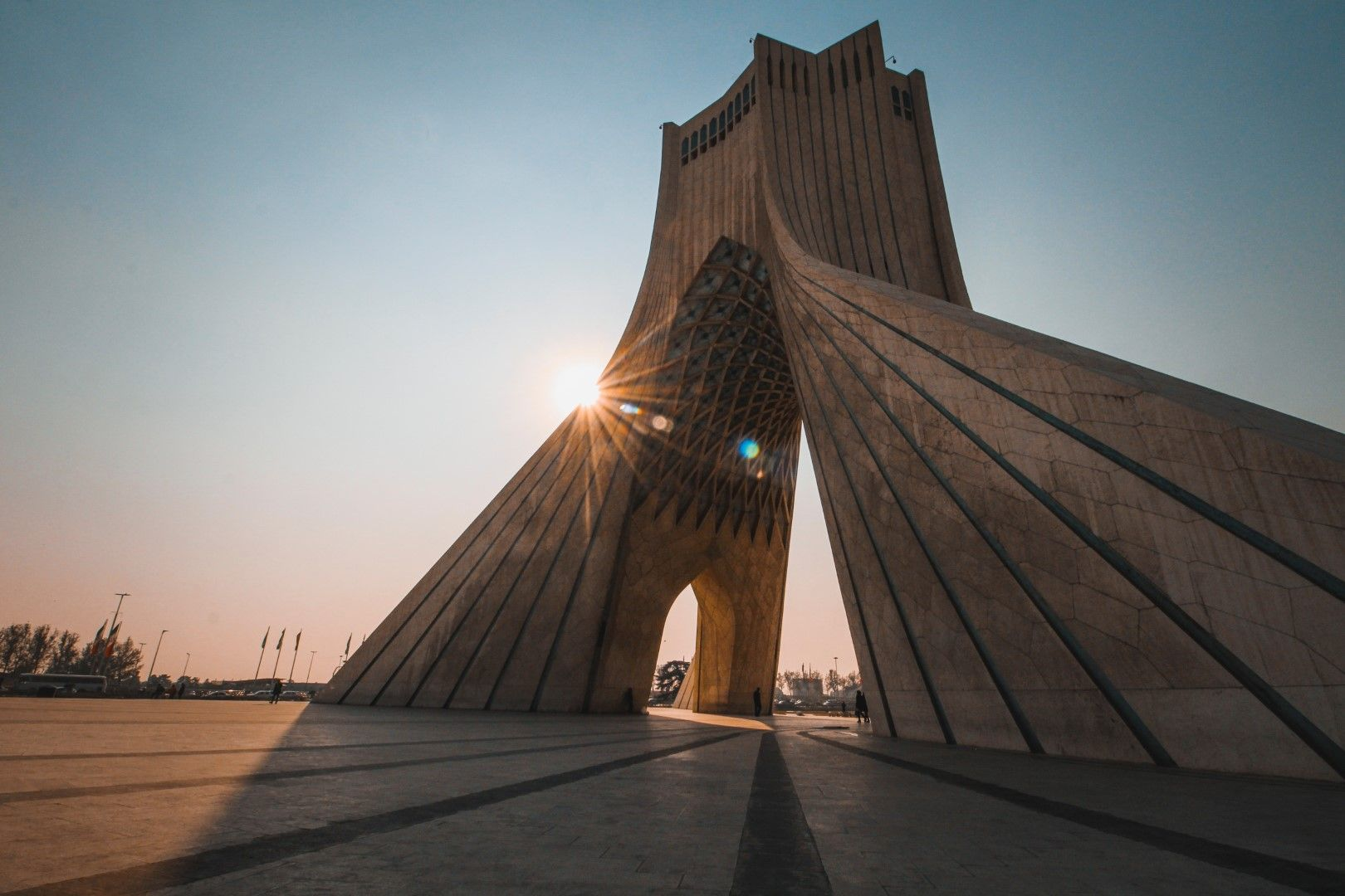 """Кулата """"Азади"""" (в превод """"Свобода"""") се намира на едноименния площад в Техеран и е издигната през 1971 г. по повод честването на 2500 години от основаването на Персийската империя. Под кулата има подземен музей."""