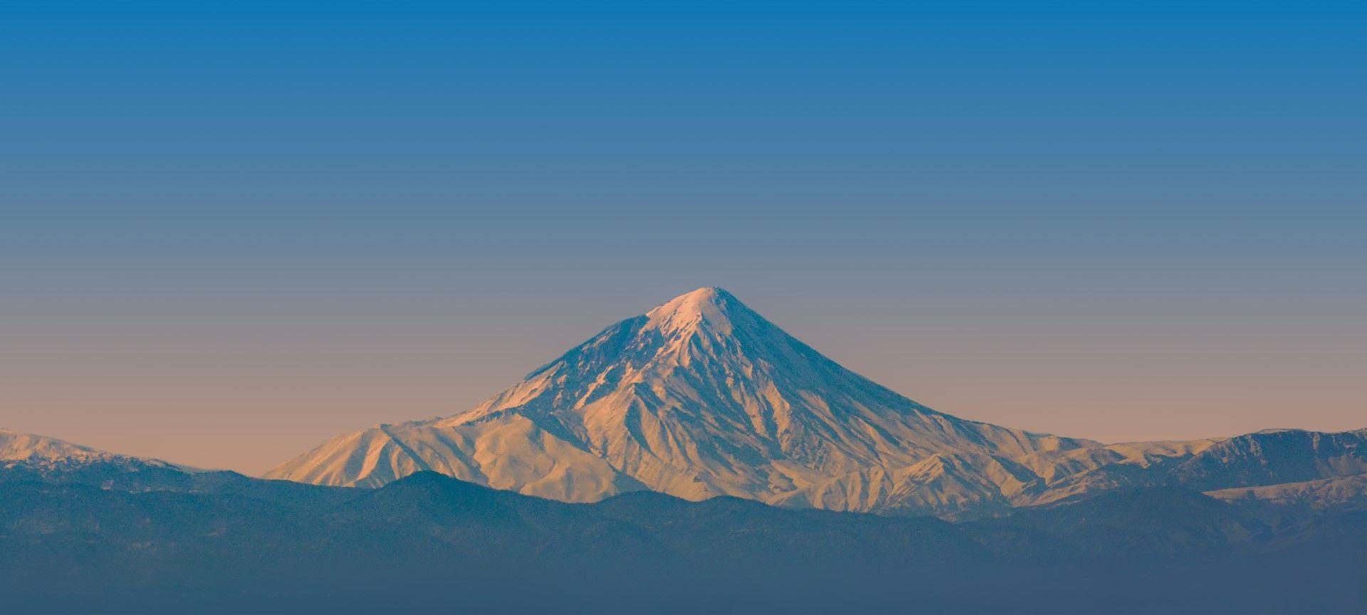 Дамаванд - най-високият връх в Иран и Западна Азия, е всъшност спящ вулкан, за който учените смятат, че би могъл да се събуди отново. Със своите 5609 м той е най-високият вулкан в Иран и в цяла Азия.