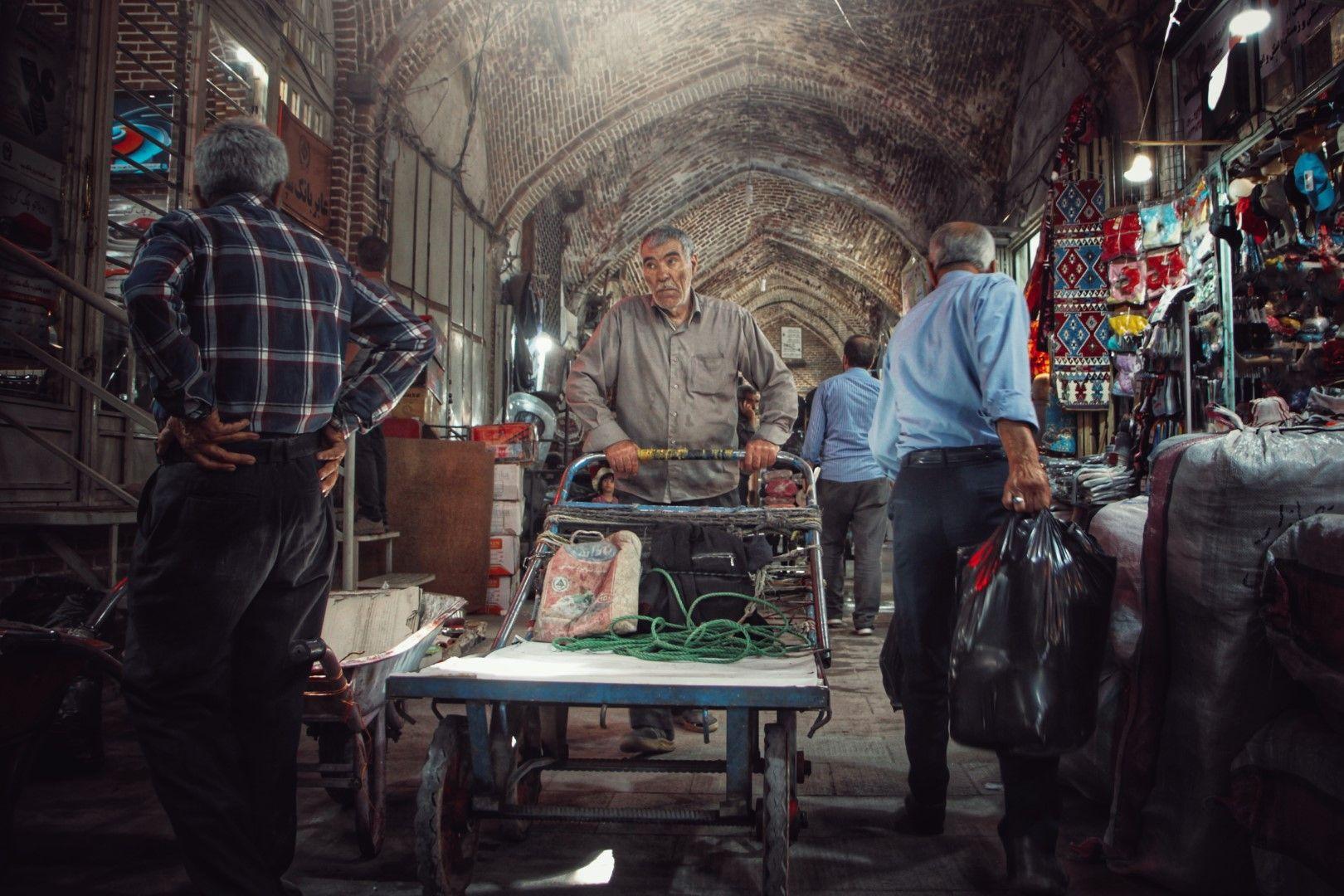 Продавачи и клиенти на покрития пазар в град Табриз