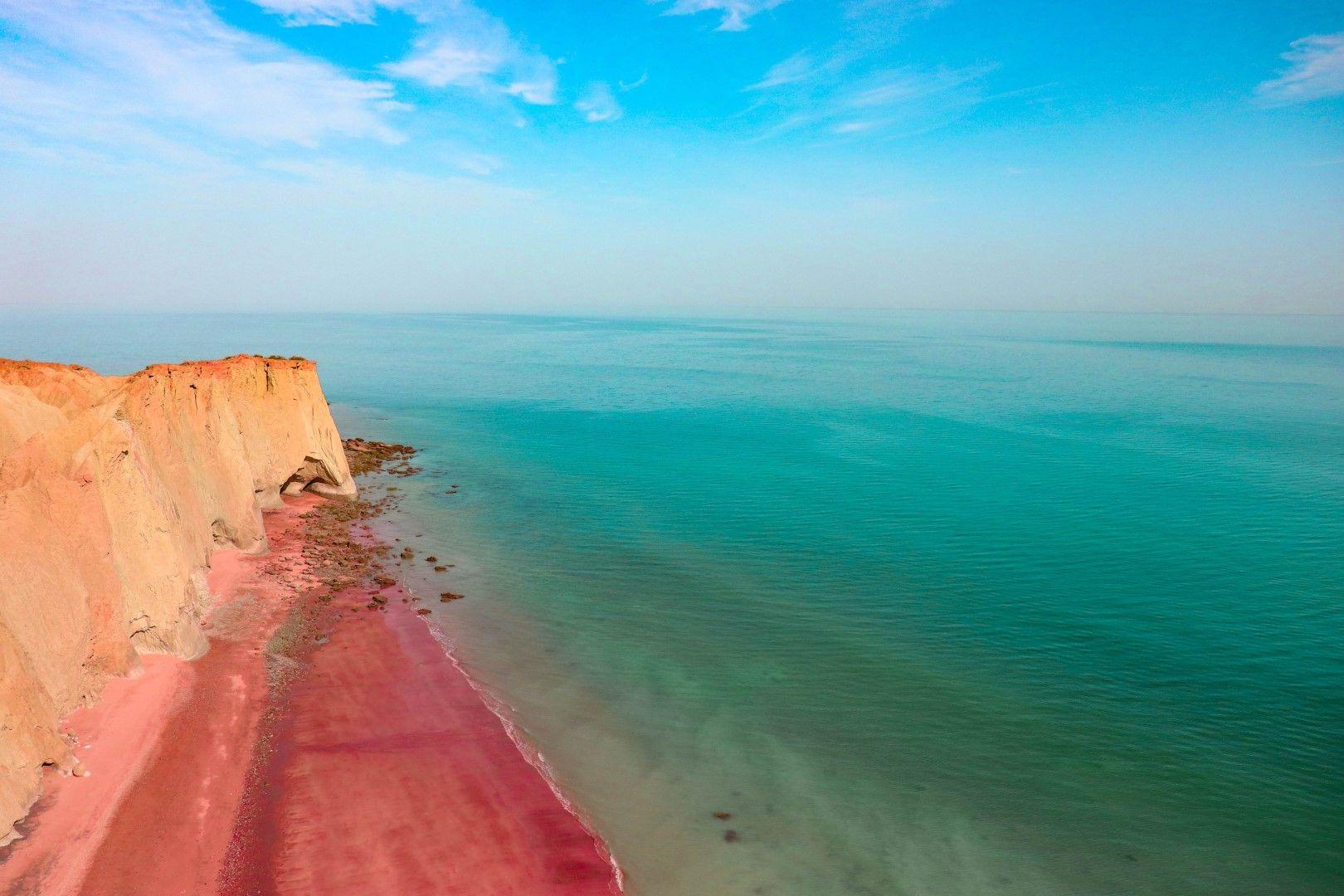 Остров Хормуз се намира в Персийския залив и е известен с червените си скали, модерната си кулинарна сцена и арт атмосферата си