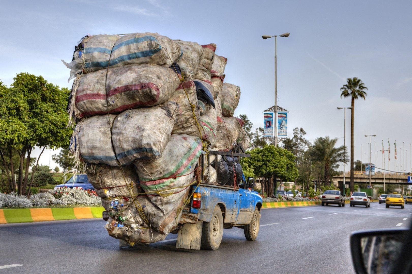 Макар претоварените превозни средства да не се срещат толкова често, колкото в други азиатски страни, и в Иран може да се видят шофьори, които предизвикват физичните закони.
