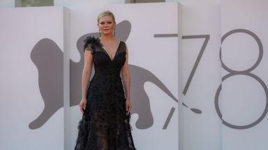 Кирстен Дънст обра овациите с готик рокля на Armani, Зоуи Салдана грее с пайети от Dolce & Gabbana