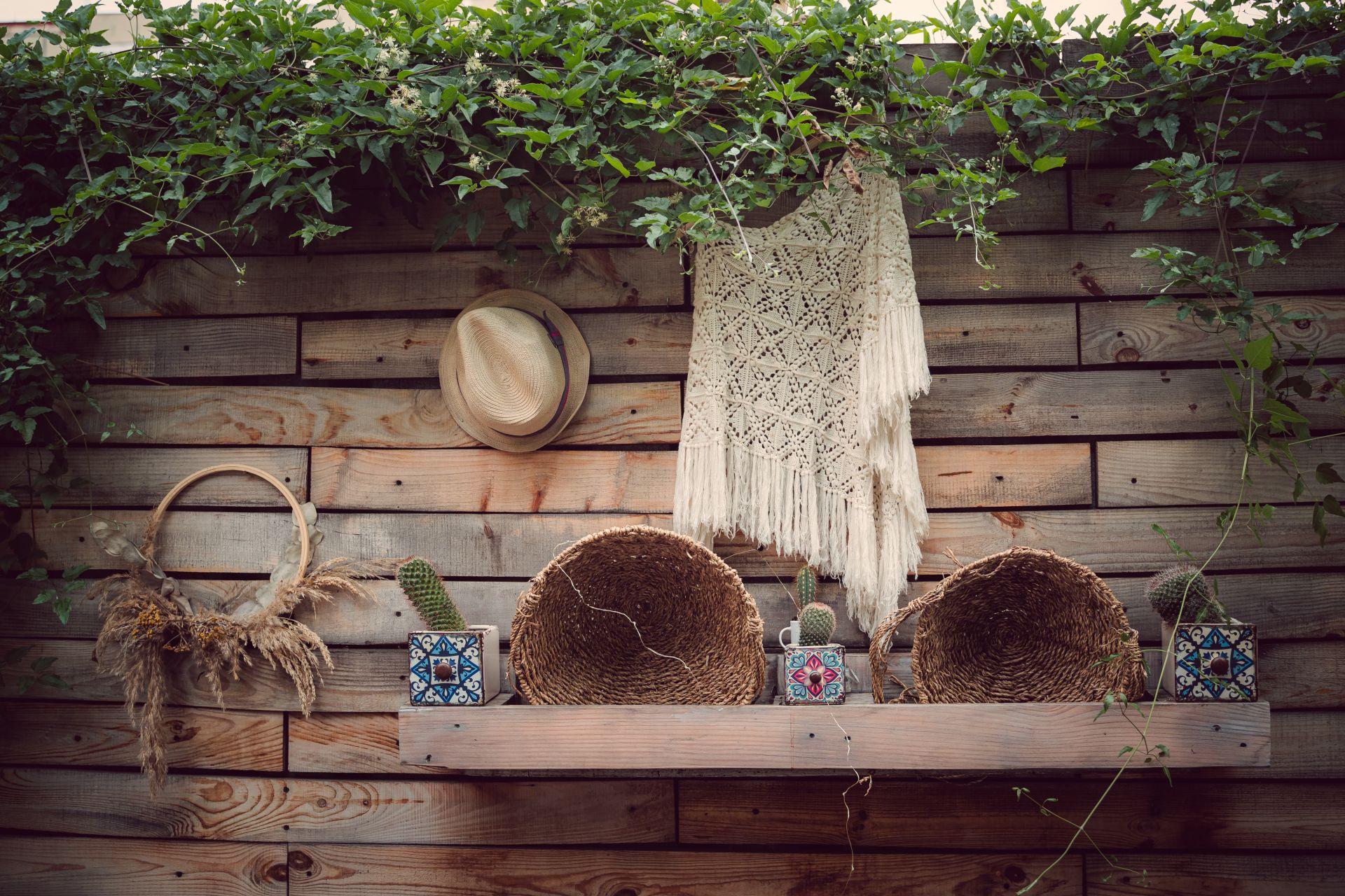 Романтично усещане в прохладния двор