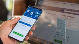 Бивша служителка на Facebook: Мианма и Етиопия са само началото, мрежата подхранва глобално насилие