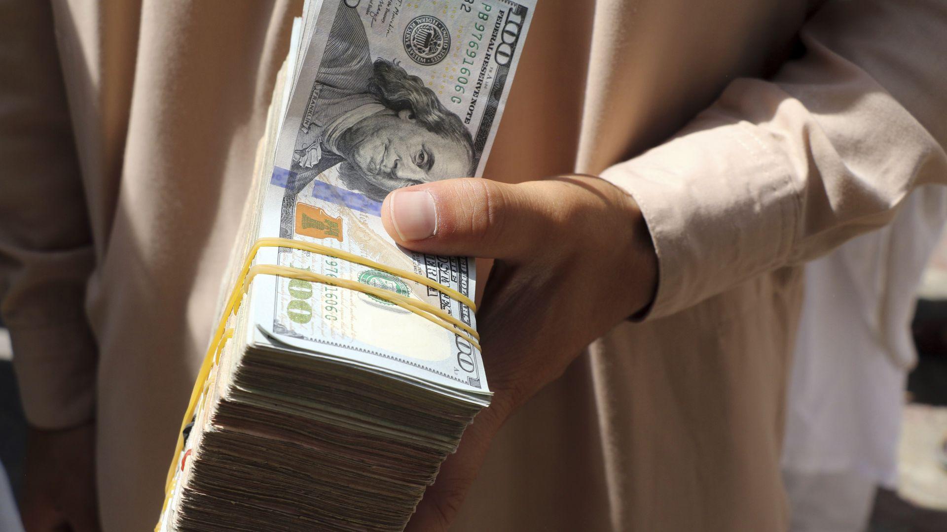 Основният валутен пазар в Кабул отново работи