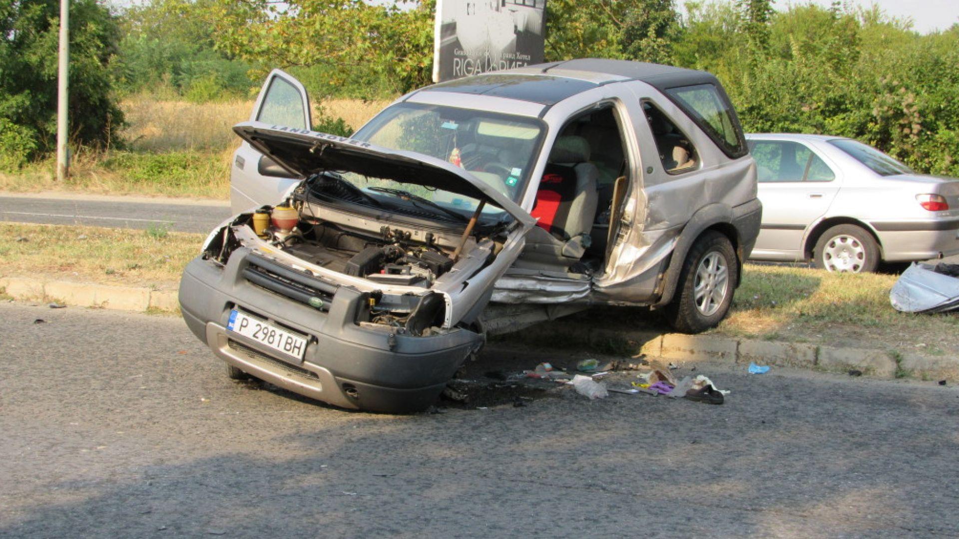 """Трима ранени: """"Фиат"""" се вряза в """"Ланд Роувър"""", изхвърли го на 10 метра"""
