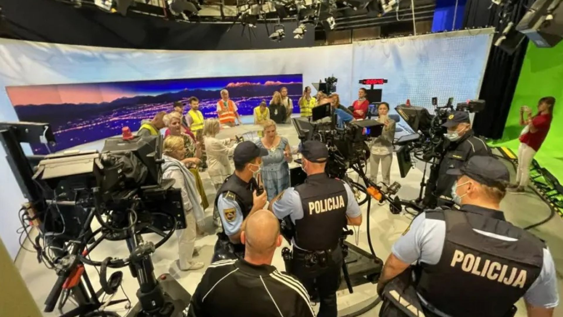 Антиваксъри нахлуха в словенската национална телевизия (видео)