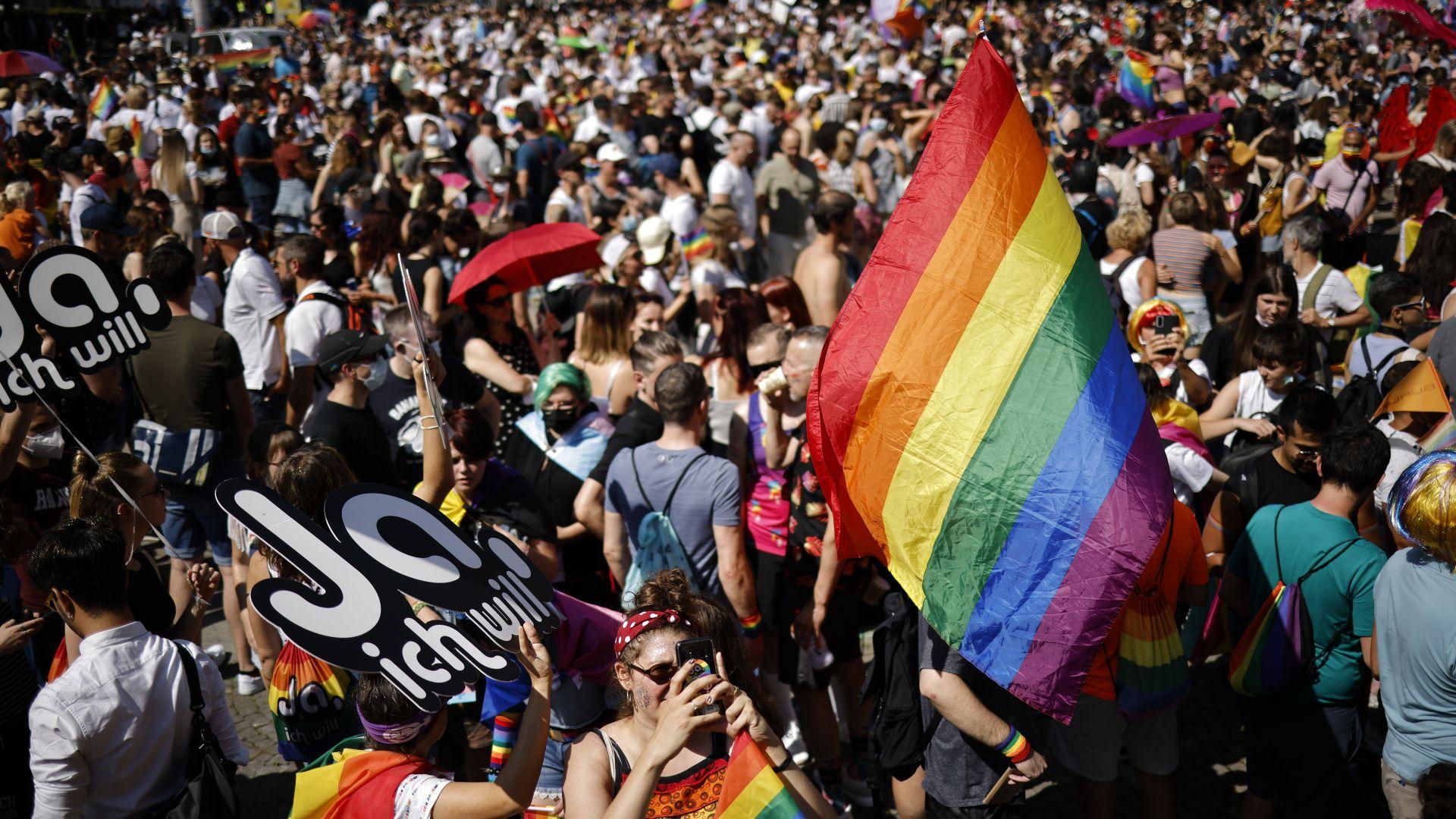 Десетки хиляди демонстрираха подкрепа на еднополовите бракове в Швейцария (снимки)