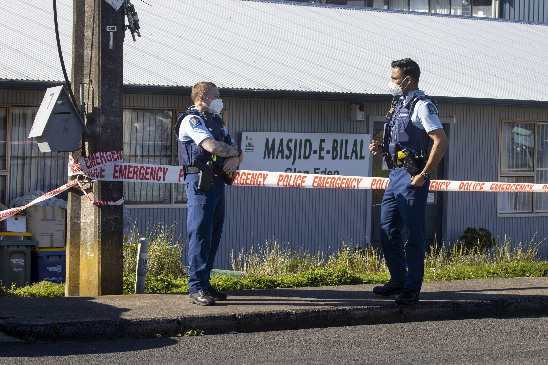 Полицаи пред джамия в Окланд